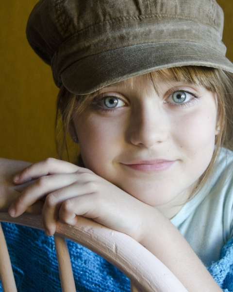 blue-eyed-girl-brown-hat
